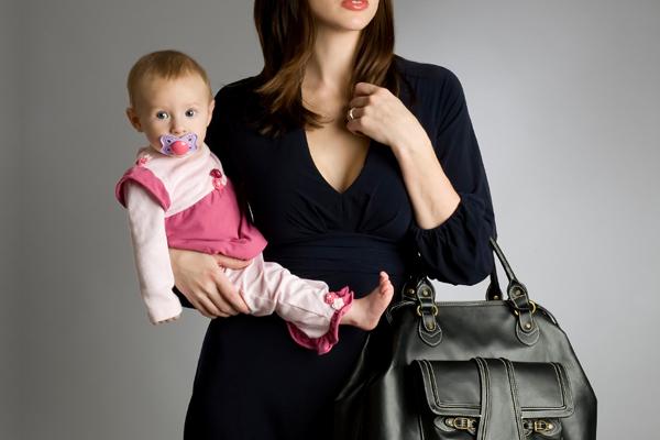 Εργαζόμενη μητέρα: δέσμευση ή ανεξαρτησία;