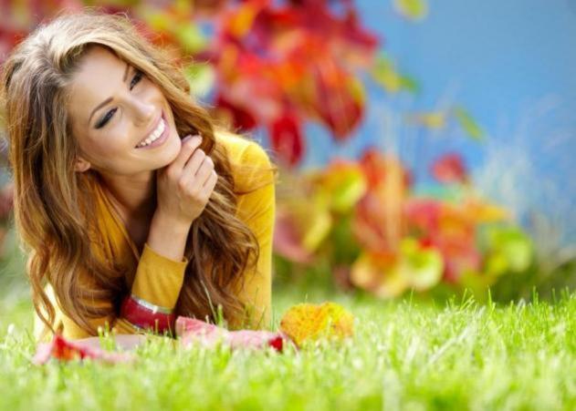 anapnoes.gr : woman smiling autumn h grass 633 451 12 τρόποι για να ανεβάσεις την ενέργεια σου άμεσα!