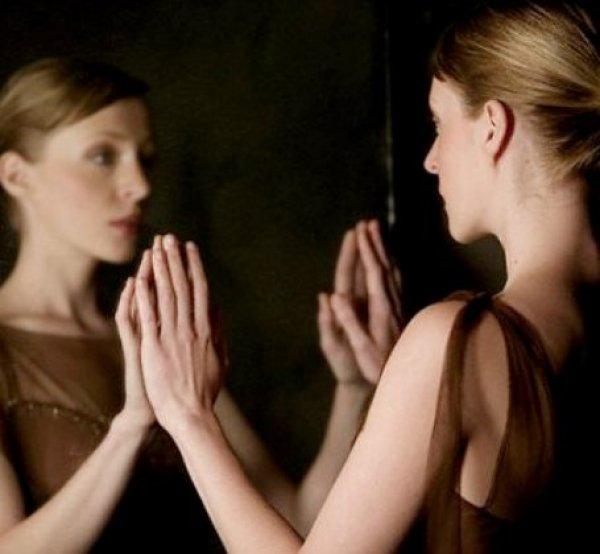 Αποτέλεσμα εικόνας για γυναικα στον καθρεφτη