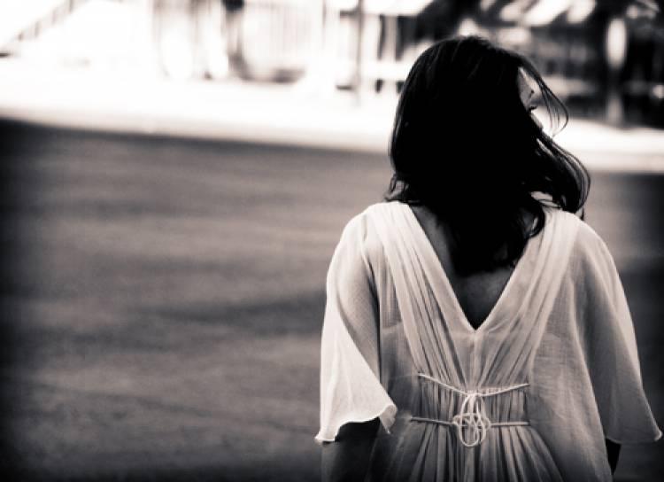 anapnoes.gr : woman walking away Ζήσε την αλήθεια και πάψε να σκέφτεσαι τα αν...