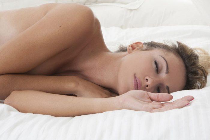Κοιμήσου γυμνός! Μειώνει το άγχος και αυξάνει τη λίμπιντο.