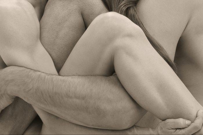 Καληνύχτα σημαίνει δυο χέρια να σε κρατούν ξάγρυπνο.