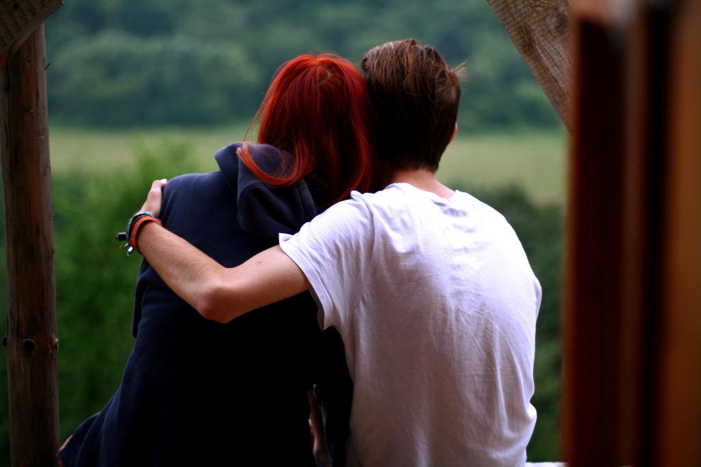 поцелуй рыжей девушки с темной девушкой уже