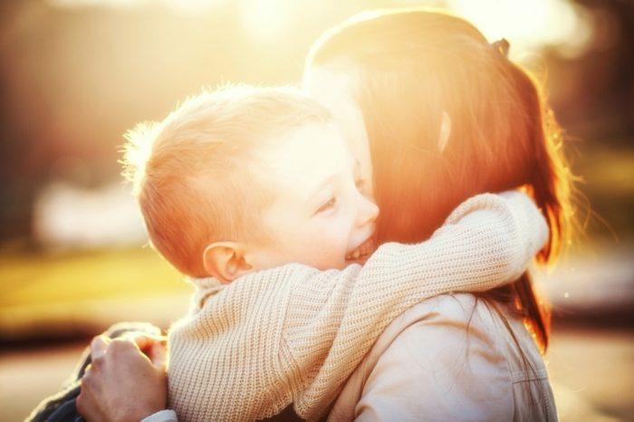 Κάθε μάνα, είτε γεννά είτε όχι, είναι σύμβολο αγάπης και δύναμης.