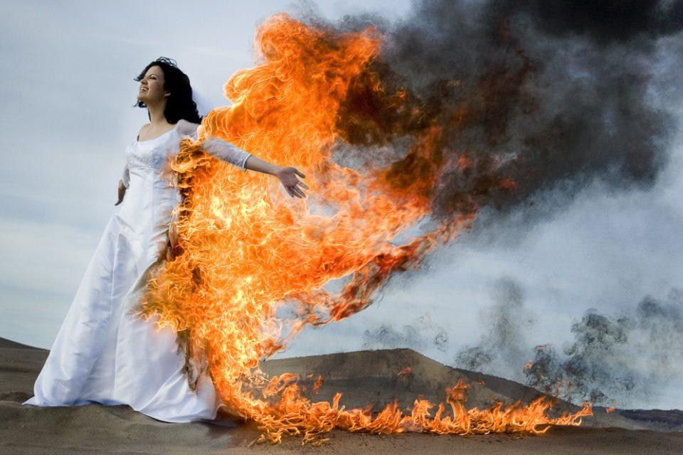 Πρόσεξε μην την ερωτευτείς, πρόσεξε μην καείς μέσα στη φωτιά της.