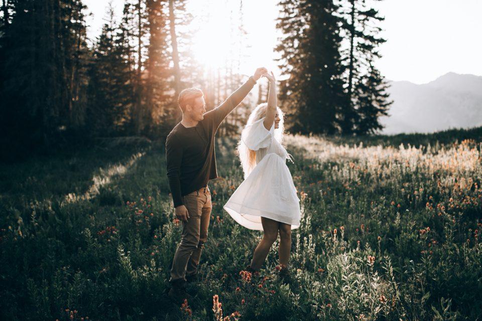 Έρωτες που αξίζουν δε φεύγουν, γίνονται αγάπες.