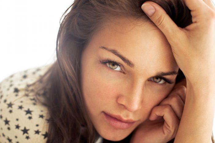 Γυναίκα, είσαι όμορφη στα μάτια που σε αγαπούν γι' αυτό που είσαι.