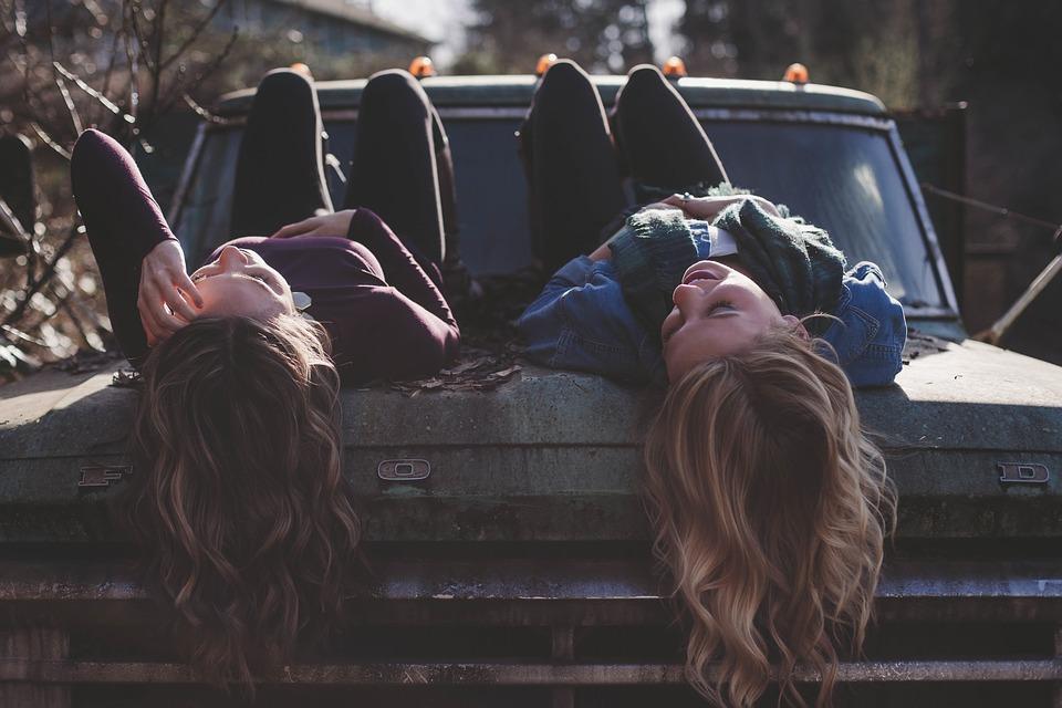 Ο φίλος σε λατρεύει και όταν λείπει.